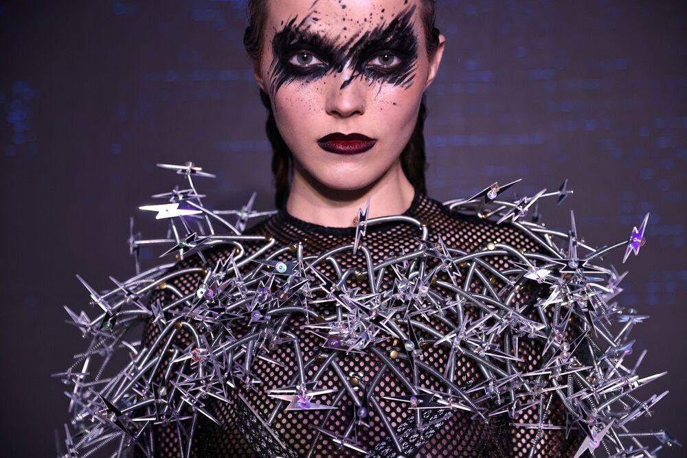 عارضة أزياء تظهر بقطعة مصممة من مواد معاد تدويرها خلال عرض أزياء في مدينة تايبيه، تايوان، 18 ديسمبر 2020