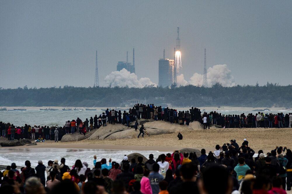يشاهد الناس صاروخ لونع مارتش، وهو أحدث أسطول لمركبات الإطلاق الصينية لونع مارتش-8، وهو ينطلق من مركز وينشانغ للإطلاق الفضائي في مقاطعة هاينان جنوب الصين في 22 ديسمبر 2020.