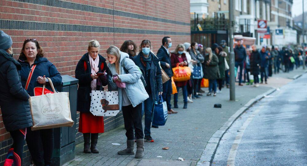 الوضع في بريطانيا مع ظهور سلالة كورونا الجديدة - طوابير طويلة إلى المحل التجاري  Waitrose and Partnersبسبب الإغلاق العام في لندن، إنجلترا 22 ديسمبر 2020