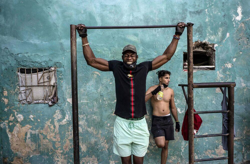 رجل ينسحب وسط جائحة كورونا في ساحة رياضية في الشارع في هافانا، كوبا 21 ديسمبر 2020