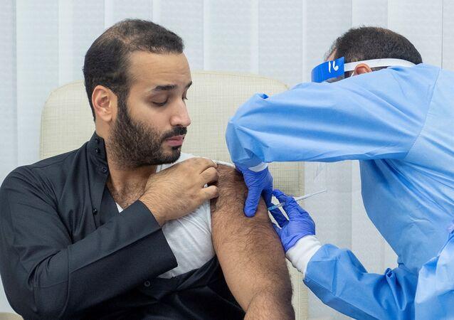 ولي العهد السعودي، الأمير محمد بن سلمان، أثناء تلقيه لقاح فيروس كورونا المستجد، 25 ديسمبر/ كانون الأول 2020