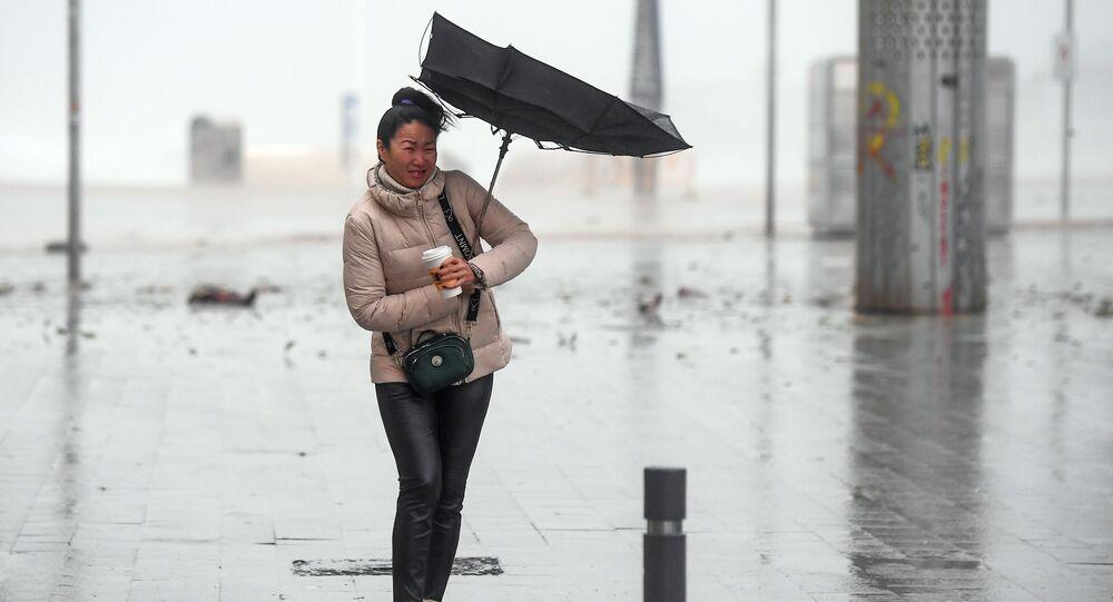 امرأة تسير بصعوبة بسبب الرياح العاتية على شاطئ إل بوغاتيل في برشلونة أثناء العاصفة غلوريا التي ضربت الساحل الشرقي الإسباني، 21 يناير 2020