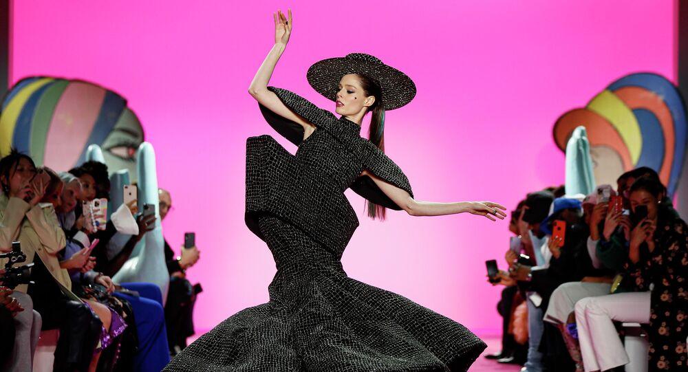 عارضة أزياء ترتدي زيا باللون الأسود البراق وبتصميم غريب - الذي لا ينصح بارتدائه في العام الجديد وفق مصممة الأزياء
