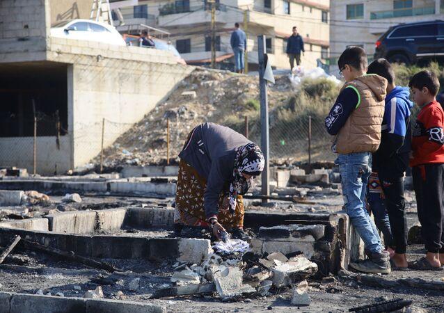 وفد من السفارة السورية يزور المخيم الذي تم إحراقه شمال لبنان