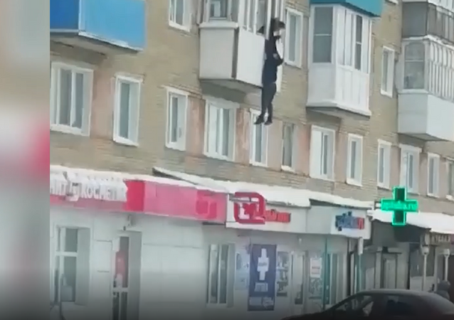 عشيق يهرب من زوج غيور... شاب يخاطر بحياته ويهرب من الشرفة... فيديو