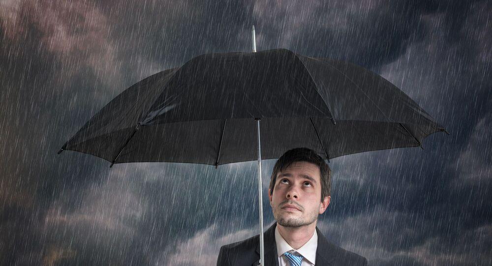 رجل يحمل مظلة