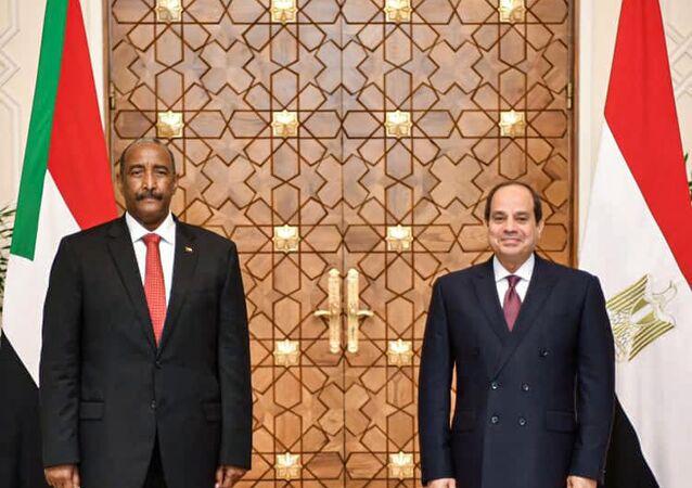 الرئيس المصري عبد الفتاح السيسي (يمين) يستقبل رئيس مجلس السيادة السوداني اللواء عبد الفتاح البرهان في القصر الرئاسي بالعاصمة القاهرة