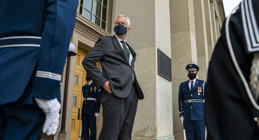 وزير الدفاع بالإنابة كريستوفر ميلر أمام وزارة الدفاع الأمريكية البنتاغون