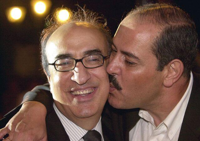 الفنان التونسي، لطفي بوشناق، يقبل الموسيقار اللبناني، إلياس الرحباني