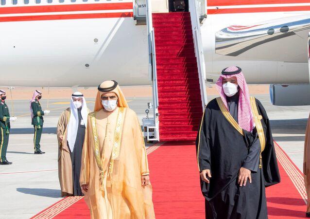 ولي العهد السعودي، الأمير محمد بن سلمان، يستقبل رئيس مجلس الوزراء ونائب رئيس دولة الإمارات العربية المتحدة وحاكم دبي، الشيخ محمد بن راشد آل مكتوم لدى وصوله لحضور القمة 41 لمجلس التعاون الخليجي في العلا بالسعودية، 5 يناير/ كانون الثاني 2021