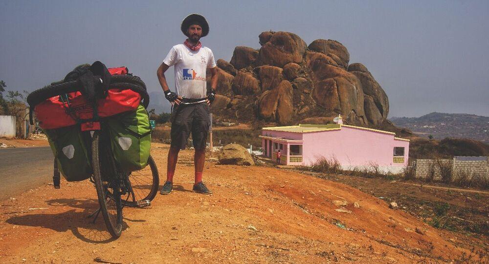 رحالة مغربي يجوب القارة الأفريقية على دراجة هوائية