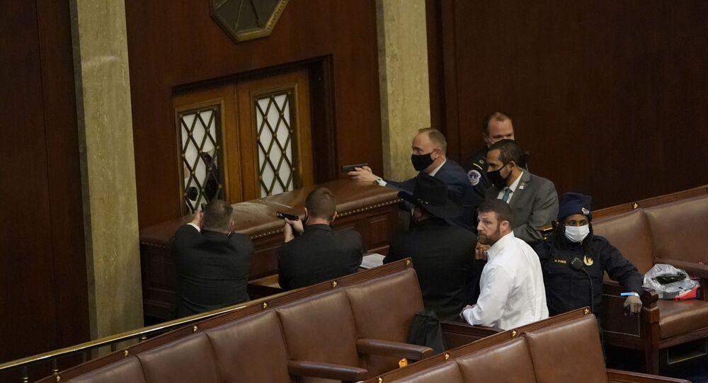 شرطة الكونغرس تشهر سلاحها في مواجهة المقتحمين
