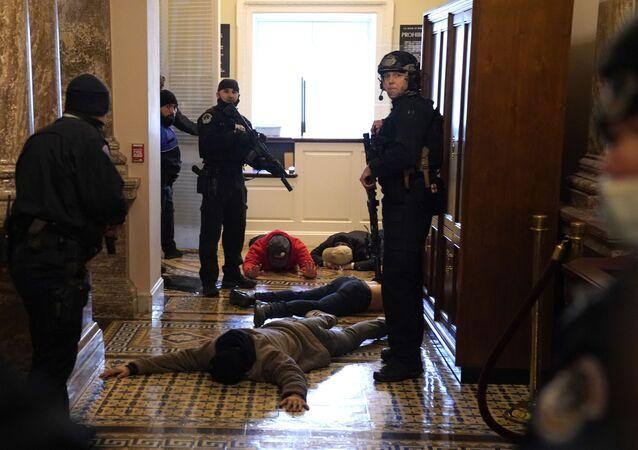 الشرطة الأمريكية تعتقل أنصار ترامب ممن اقتحموا الكونغرس