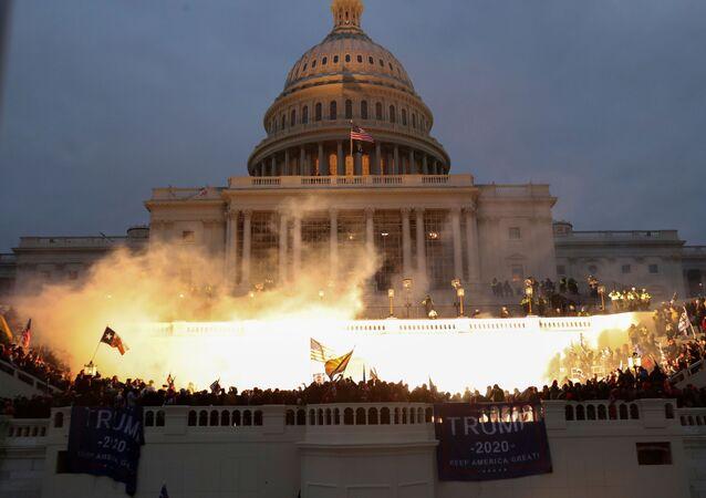 انفجار ناجم عن ذخيرة للشرطة أثناء تجمع أنصار الرئيس الأمريكي دونالد ترامب أمام مبنى الكابيتول الأمريكي في واشنطن