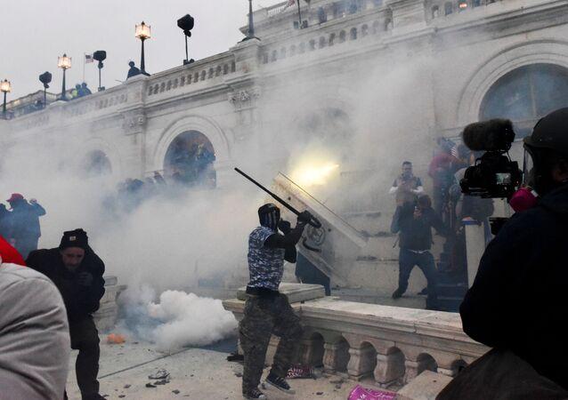 تفريق تجمع لأنصار الرئيس الأمريكي دونالد ترامب أمام مبنى الكابيتول الأمريكي بالغاز المسيل للدموع
