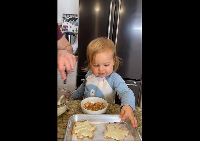 طباخة صغيرة تساعد والدها في تحضير الكعك... فيديو