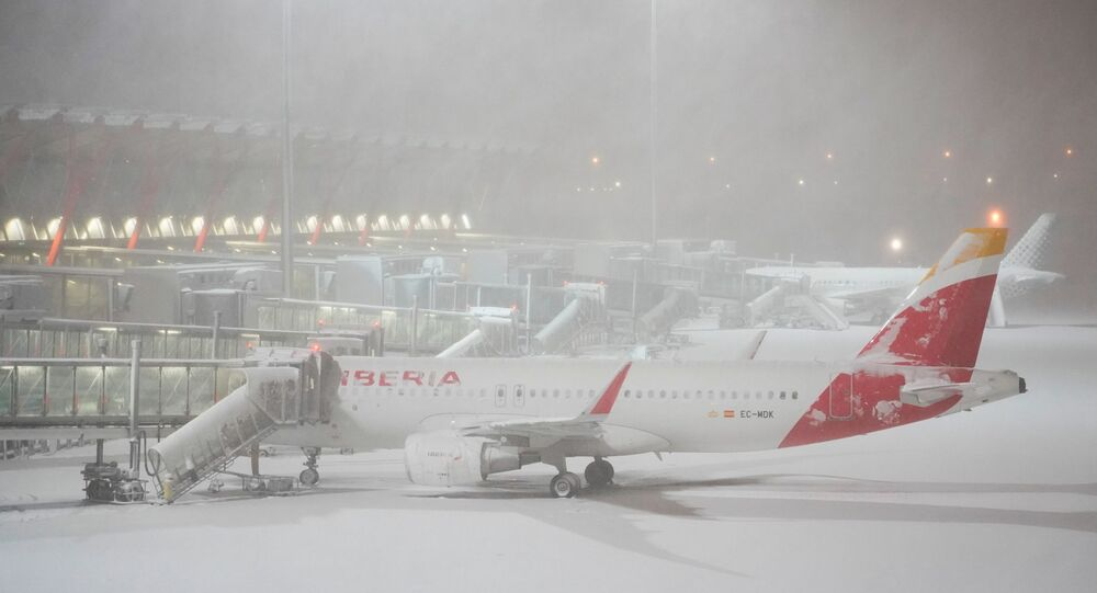 الثلوج تغطي مطار باراخاس في العاصمة الإسبانية مدريد بسبب العواصف الثلجية، 9 يناير/ كانون الثاني 2021