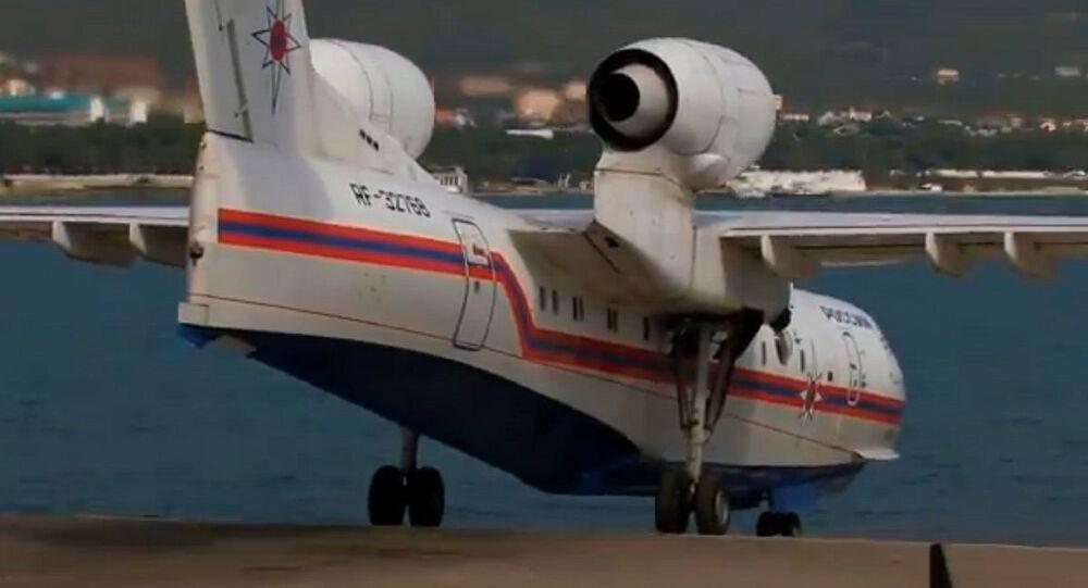 طائرة مائية تنزل إلى البحر
