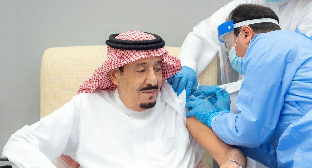 العاهل السعودي، الملك سلمان بن عبد العزيز أثناء تلقيه الجرعة الأولى من اللقاح المضاد لفيروس كورونا المستجد، 8 يناير/ كانون الثاني 2020