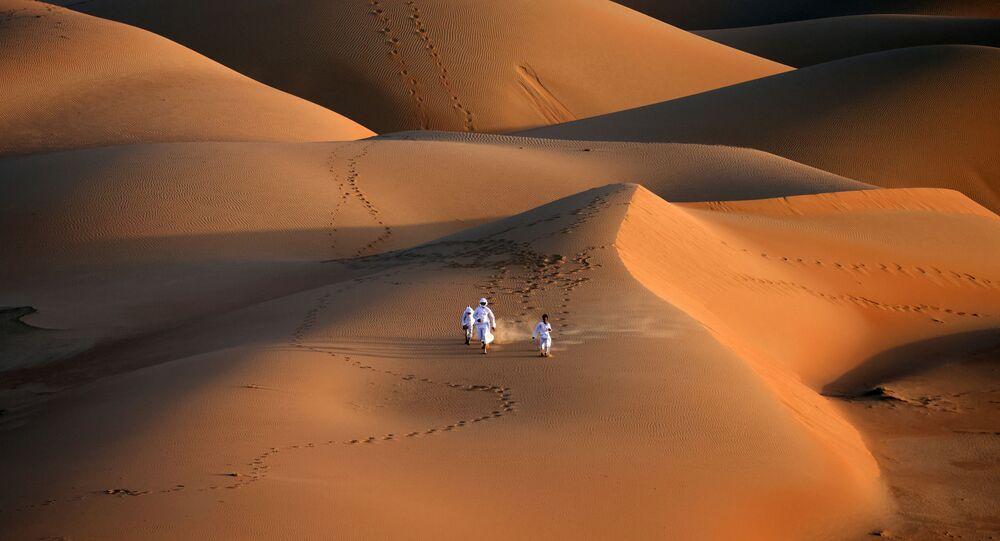 شبان إماراتيون خلال تدريب الصقور في صحراء ليوا، على بعد حوالي 250 كيلومترا غرب إمارة أبو ظبي الخليجية، 9 يناير 2021