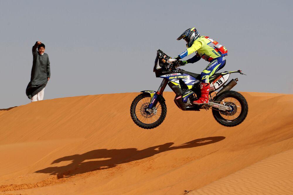 المتسابق روي غونكالفيز من فريق شيركو فاكتوري في القيصومة، خلال المرحلة السادسة من سباق رالي داكار السعودية 2021، 8 يناير 2021