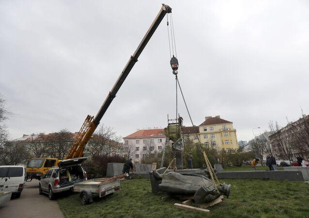 إزالة النصب التذكاري للمارشال السوفياتي إيفان كونيف في براغ