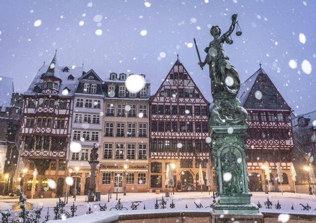 تمثال العدل في ميدان رومربرغ في أحد أيام تساقط الثلج الكثيف في فرانكفورت، ألمانيا، 12 يناير 2021