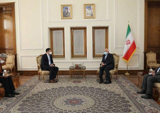 وزير الخارجية الإيراني محمد جواد ظريف مع تشوي جونغ كون، النائب الأول لوزير خارجية كوريا الجنوبية في طهران