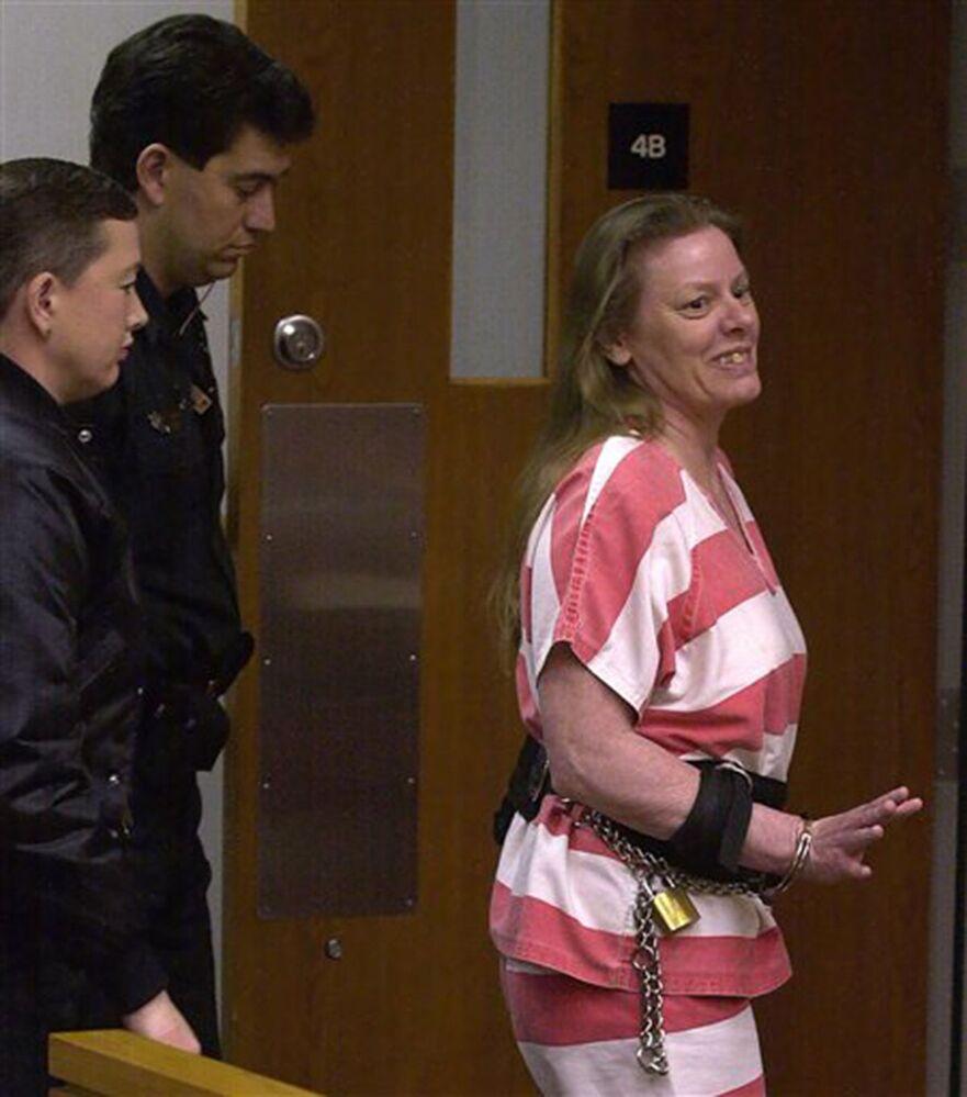 قاتلة متسلسلة إيلين وورنوس، تلوح بيدها لأعضاء المحكمة وتشكر القاضي فيكتور مصلح وهي تغادر قاعة المحكمة 4 أ، في المركز القضائي لمقاطعة ماريون في أوكالا بولاية فلوريدا بعد ظهر يوم الخميس 22 فبراير 2001.