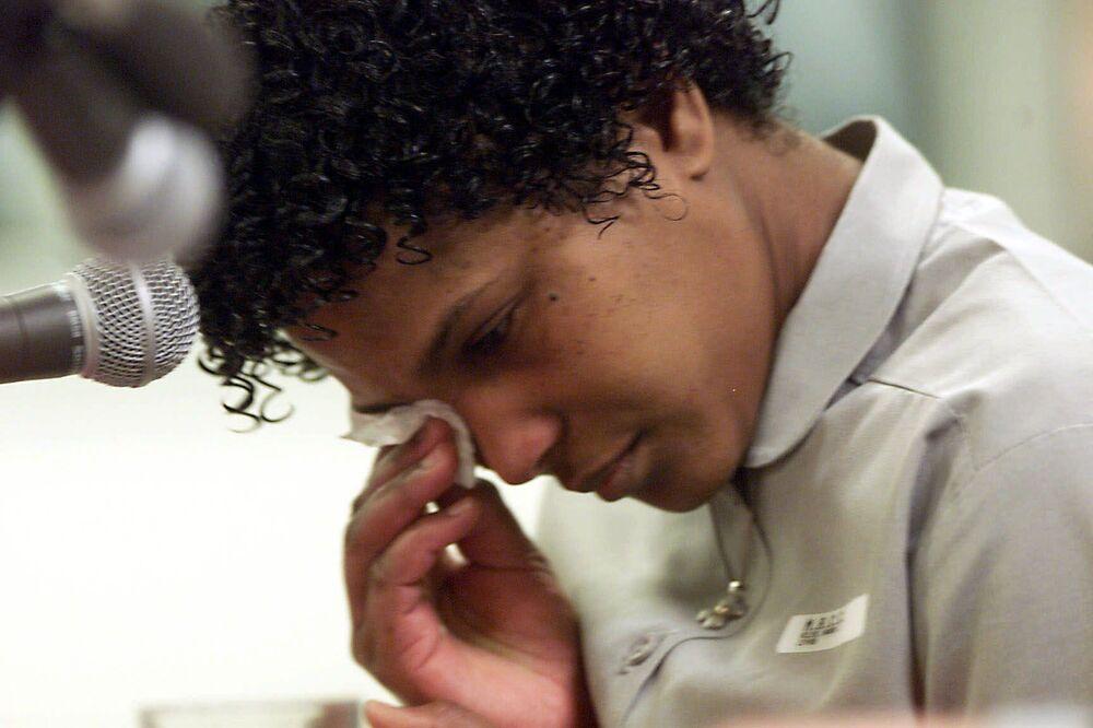 واندا جين ألين تبكي وهي تتوسل لمجلس الرأفة في أوكلاهوما لتجنيب حياتها لقتل عشيقتها المثلي قبل 12 عامًا، خلال جلسة استماع في سجن في ليكسينغتون، ولاية أوكلاهوما الأمريكية، الجمعة 15 ديسمبر 2000.