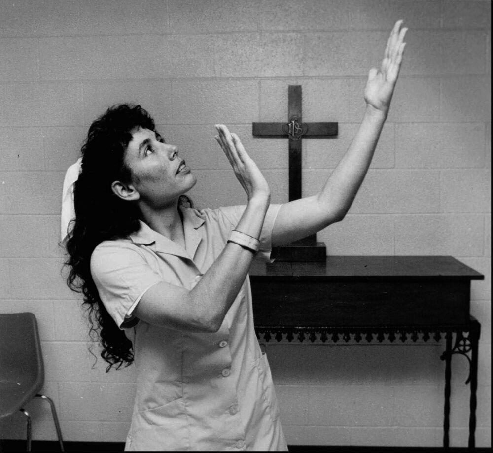 خسرت كارلا فايه تاكر، التي تظهر في هذه الصورة غير المؤرخة، في غايتسفيل، بولاية تكساس، استئنافًا يوم الاثنين الموافق 8 ديسمبر 1997، أمام المحكمة العليا الأمريكية، مما مهد الطريق لإعدام امرأة لأول مرة في تكساس منذ عام 1863. وأدينت تاكر بتهمة قتل رجل من هيوستن بفأس عام 1983 .