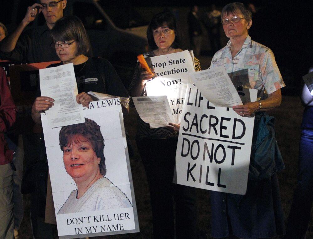 متظاهرون ضد عقوبة الإعدام يحملون لافتات أثناء احتجاجهم على إعدام تيريزا لويس، خارج إصلاحية غرينزفيل في جارات بولاية فيرجينيا، الخميس الموافق 23 سبتمبر/ أيلول 2010.