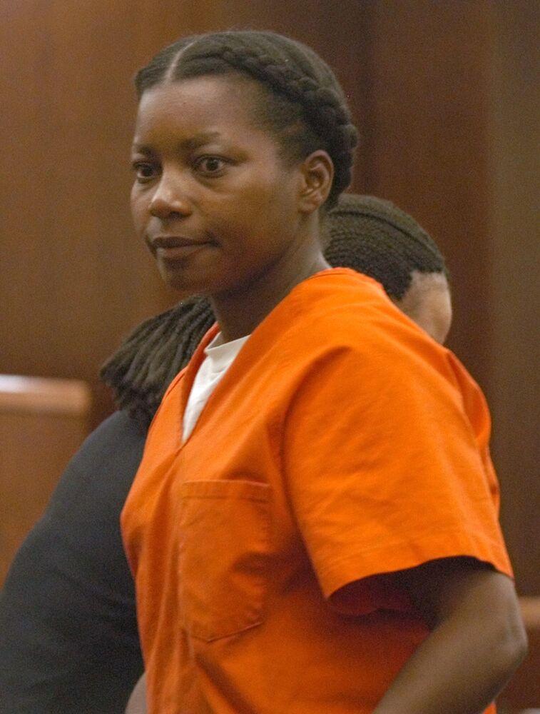 فرانسيس إيلين نيوتن، المحكوم عليها بتهمة قتل زوجها المنفصل عنها وطفليها، منذ أكثر من 17 عامًا، تغادر قاعة المحكمة في هيوستن بعد تلقيها تاريخ إعدامها في 1 ديسمبر/ كانون الأول، الأربعاء الموافق 7 يوليو/ تموز 2004.