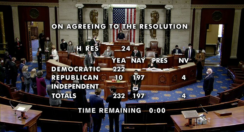 رئيسة مجلس النواب الأمريكي، نانسي بيلوسي بعد تصويت المجلس لصالح إقرار تشريع ينص على مساءلة الرئيس الحالي، دونالد ترامب، الكونغرس، واشنطن، 13 يناير 2021
