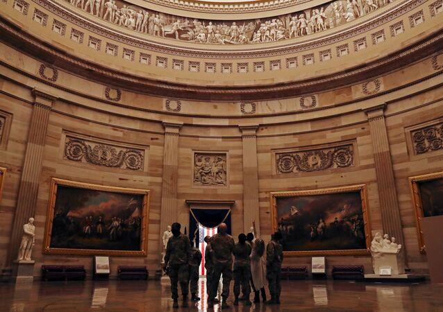 توافد قوات الحرس الوطني إلى مبنى الكابيتول في العاصمة الأمريكية واشنطن، قبل مراسم تنصيب الرئيس المنتخب جو بايدن رئيسا للبلاد، 13 يناير 2021
