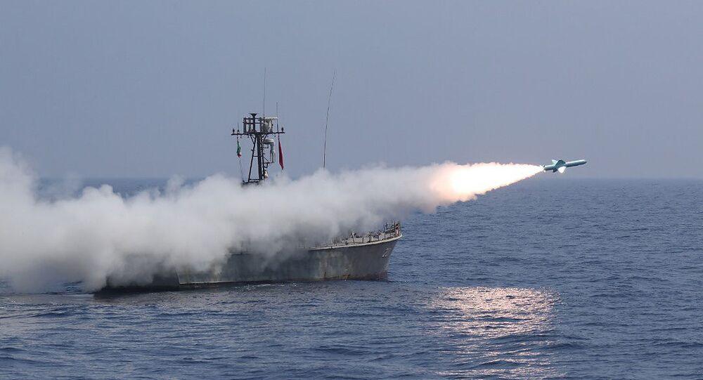 الجيش الإيراني يطلق صواريخ كروز في مناورات الاقتدار البحري 99 المقامة في بحر عمان
