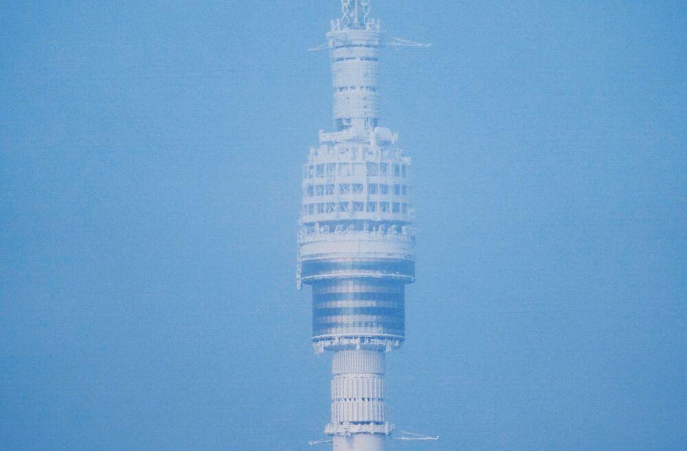 برج أوستانكينو للبث التلفزيوني في موسكو مغطى بطبقة من الجليد، 13 يناير 2021