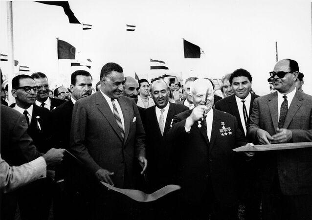 الزعيم المصري جمال عبد الناصر والزعيم السوفيتي نيكيتا خروتشوف عند السد العالي عام 1964