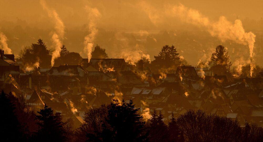 البخار يتصاعد من منازل مدينة كرونبرغ بالقرب من فرانكفورت بألمانيا مع بداية شروق الشمس خلال يوم بارد، 11 يناير 2021
