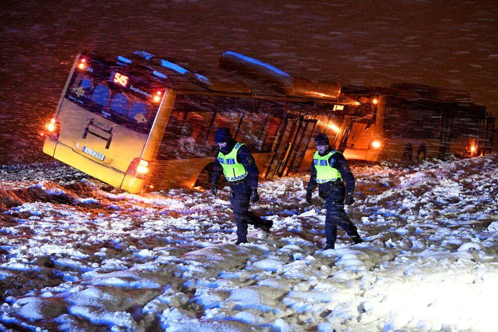 الشرطة في موقع حادث مروري بينهم حافلتان، بسبب تساقط الثلوج الكثيفة، شمال كريستيانستاد، السويد 13 يناير 2021