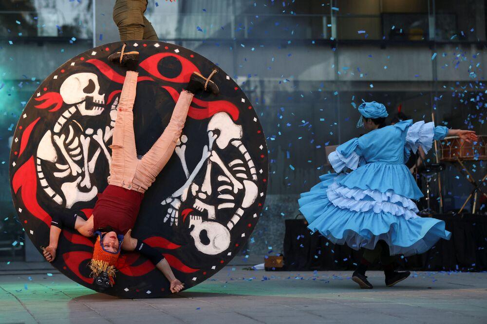 أعضاء من شركتي المسرح لا باتوغالينا و سيكليكوس يؤدون أغنية Fuego Rojo (النار الحمراء) خلال مهرجان المسرح سانتياغو ميل الدولي في سانتياغو ، 9 يناير 2021.