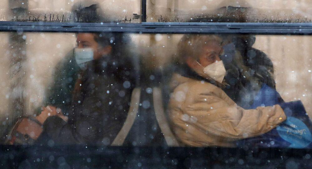 أشخاص يرتدون كمامات للوقاية من فيروس كورونا يجلسون على متن حافلة في بلغراد، صربيا،11 يناير 2021.
