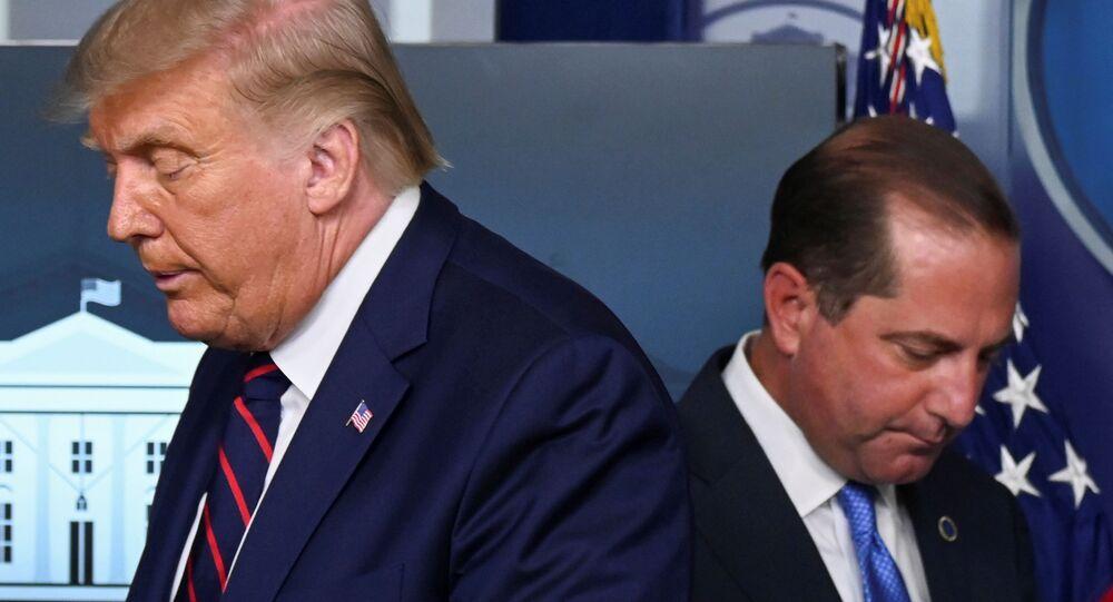 وزير الصحة الأمريكي أليكس عازار والرئيس الأمريكي، دونالد ترامب خلال مؤتمر صحفي حول آخر تطورات مرض فيروس كورونا