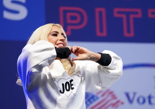 المغنية، ليدي غاغا أثناء مشاركتها في مسيرة انتخابية نظمها المرشح الديمقراطي للرئاسة الأمريكية، جو بايدن، في بيتسبرغ، بنسلفانيا، الولايات المتحدة، 2 نوفمبر/ تشرين الثاتي 2020