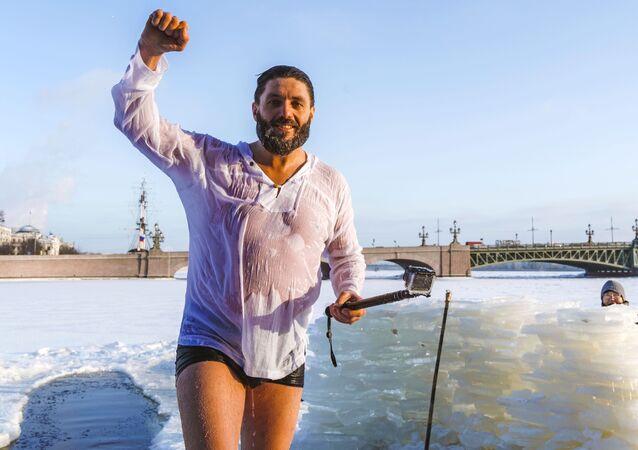 رجل يلتقط صورة تذكارية له بعد السباحة الشتوية في قناة كرونفيرسكي في سان بطرسبورغ، روسيا 14 يناير 2021