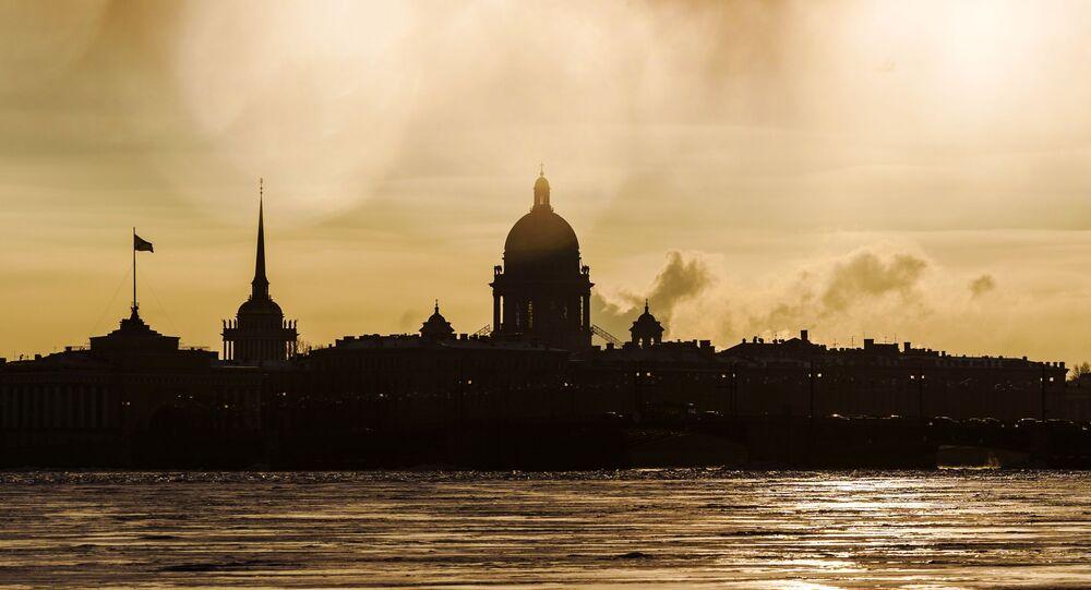منظر لكاتدرائية القديس إسحاق (في الوسط) ومبنى الأميرالية الرئيسي (يسار) في سانت بطرسبورغ، روسيا 14 يناير 2021