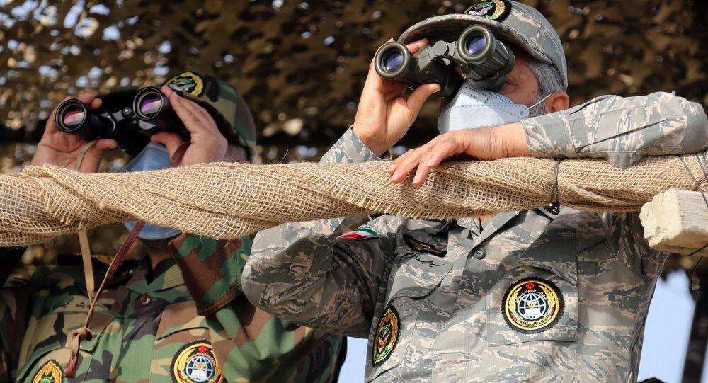 قائد الجيش الإيراني عبد الرحيم موسوي خلال مناورات الاقتدار 99 للقوة البرية للجيش الإيراني في سواحل مكران جنوبي شرق إيران، 19 يناير 2021