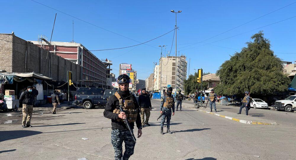 قوات الأمن العراقية في موقع الهجوم الانتحاري في بغداد