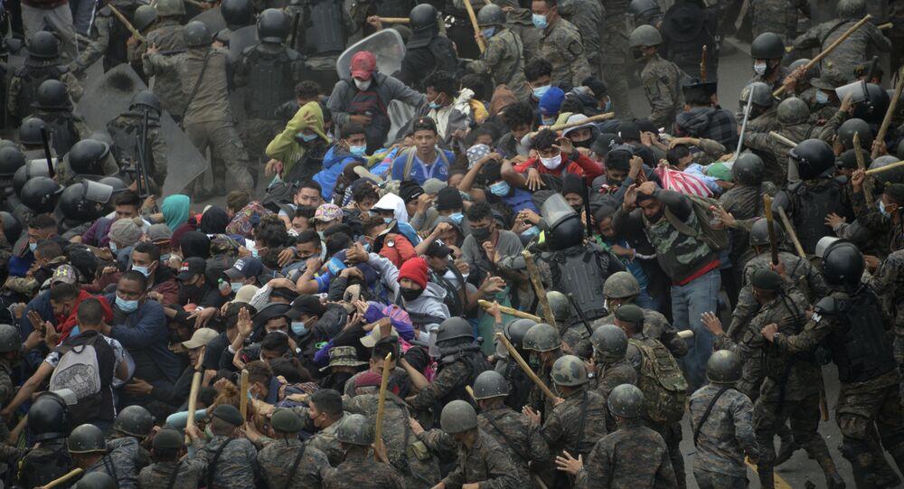 اشتبك مهاجرون من هندوراس، جزء من قافلة متجهة إلى الولايات المتحدة، مع قوات الأمن الغواتيمالية في فادو هوندو، غواتيمالا 17 يناير 2021.