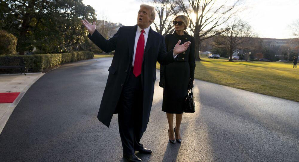 واشنطن العاصمة - 20 يناير/ كانون الثاني: الرئيس دونالد ترامب والسيدة الأولى ميلانيا ترامب يغادران البيت الأبيض في واشنطن إلى فلوريدا، قبل عدة ساعات من حفل تنصيب خليفته جو بايدن، مما يجعله أول رئيس منذ أكثر من 150 عامًا يرفض حضور حفل التنصيب.